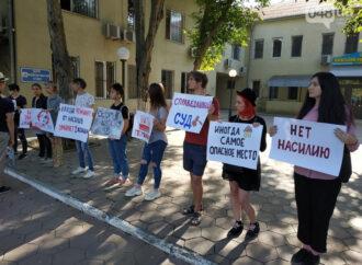 Митинг против насилия в семье: одесситы требуют наказания для иностранца, нанесшего 9 ножевых ранений жене