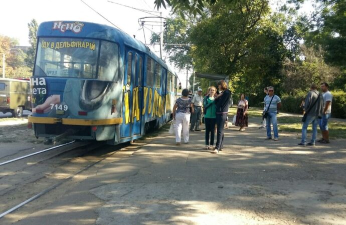 По Люстдорфской дороге остановились трамваи: легковушка влетела в вагон