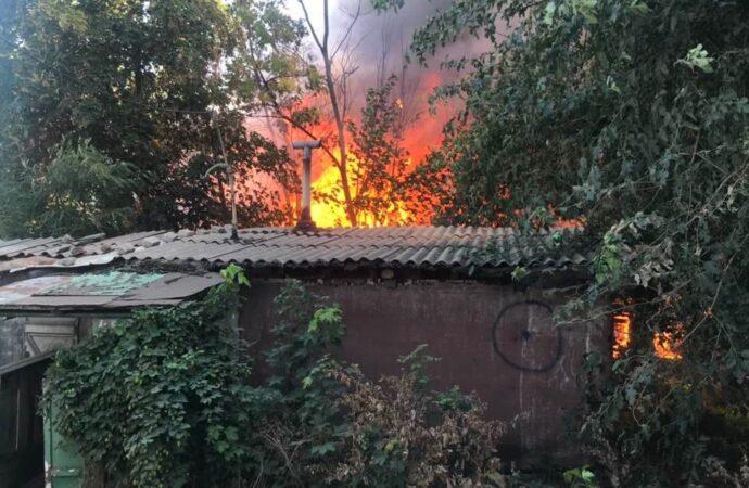 Под Одессой загорелись дома возле здания полиции (видео)