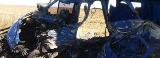 Вырезали из микроавтобуса: в ДТП на трассе под Одессой погибли люди (видео)