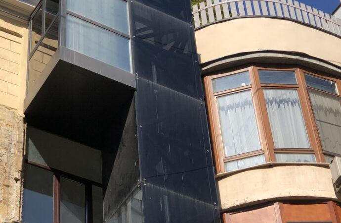 К одесскому дому с самым длинным балконом пристроили короткий лифт
