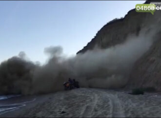 Под Одессой отдыхающих едва не придавило обвалившимся склоном (видео)