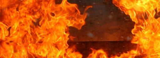 Ночной пожар в Одессе: горели автомобильные шины и склад