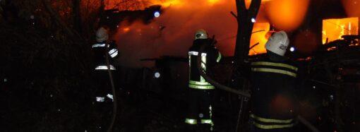 Сразу два автомобиля горели этой ночью на улице Вильямса в Одессе