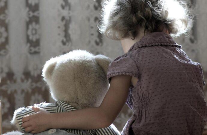 Кричала и просила о помощи: органы опеки с боем забрали девочку из одесской школы