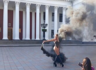 Эротическая фотосессия не удалась: модели с фаерами напугали сотрудников Одесской мэрии