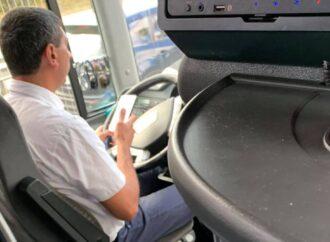 С телефоном в руках: пассажиры возмущаются поведением водителей автобусов