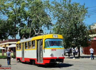 Впала на трамвайну колію: в Одесі під колеса трамваю потрапила жінка
