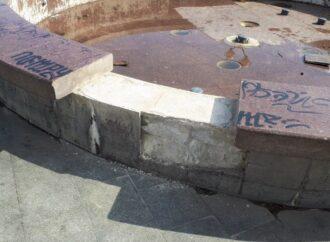 На Таирова в Одессе повредили фонтан