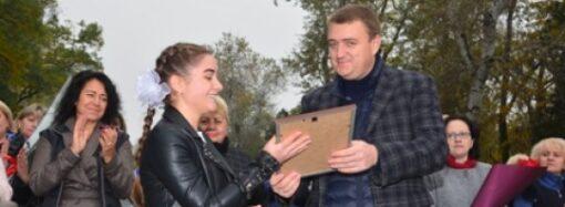 Одесскую школьницу наградили за спасение человека
