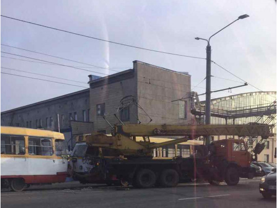 Автокран не надав перевагу в русі трамваю