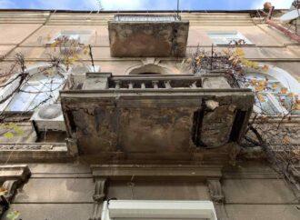 В центре Одессы памятник архитектуры разваливается по частям