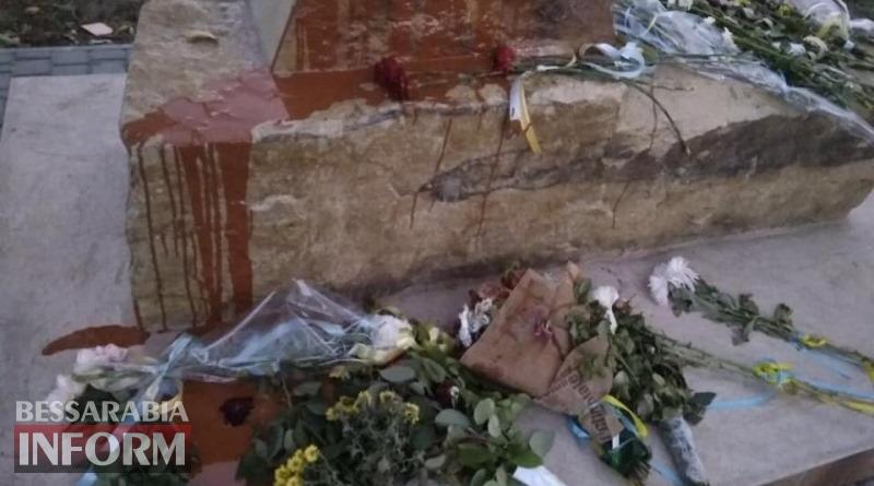 Судя по фото, памятник явно залили краской намеренно