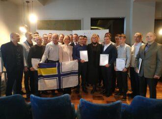 В Одесі звільненим з полону українським морякам вручили сертифікати на квартири