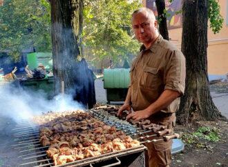 В честь Дня защитника бойцов в одесском госпитале накормили шашлыком