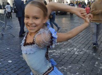 """Папа Римский благословил """"девочку-каучук"""" из-под Одессы и подарил ей крестик"""