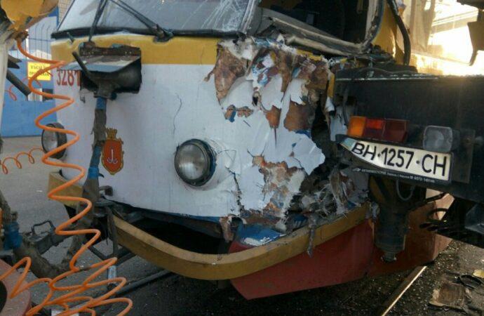 Масштабна ДТП в Одесі: автокран врізався у трамвай з людьми – фото