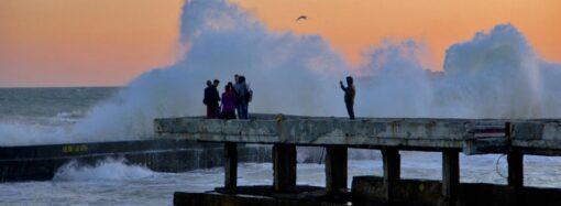 У мережі з'явилися вражаючі знімки шторму під час заходу сонця в Одесі (фото)