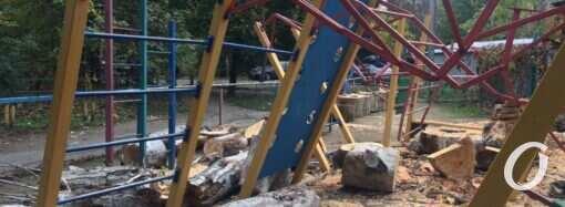 Огромное дерево упало на детскую площадку в Одессе