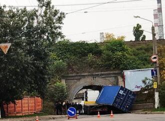Тяжеловес в Одессе, пытаясь заехать в туннель, потерял груз и оборвал электросеть (видео)