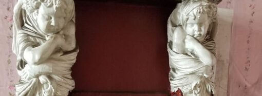 Одессит обнаружил в коммуналке раритетный камин (фото)