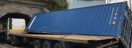 В Одесі вантажівка не вписалася у тунельний міст: як наслідок – перекинутий контейнер