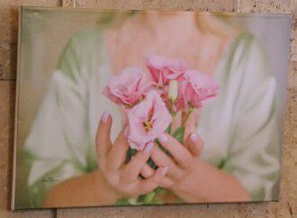 Окрилені рожевою стрічкою: в Одесі відкрили тендітну виставку присвячену боротьбі з раком грудей