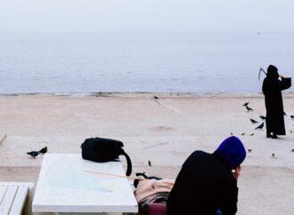 """""""Звичайний день на Ланжероні"""": в Одесі помітили """"смерть з косою"""", яка годувала голубів"""