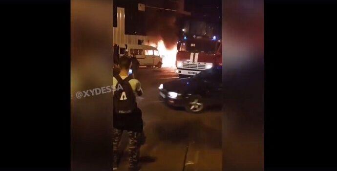 """У одесского """"Привоза"""" пылал """"Мерседес"""" (видео)"""