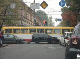 Авария в центре Одессы заблокировала движение трамваев и троллейбусов