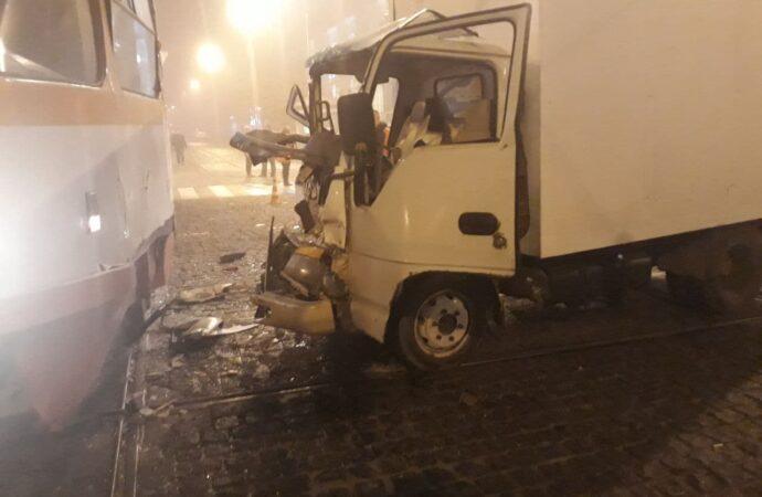 Утреннее ДТП в Одессе: грузовик столкнулся с трамваем