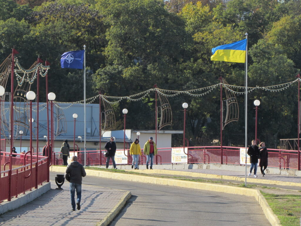 Флаги на дороге к морвокзалу