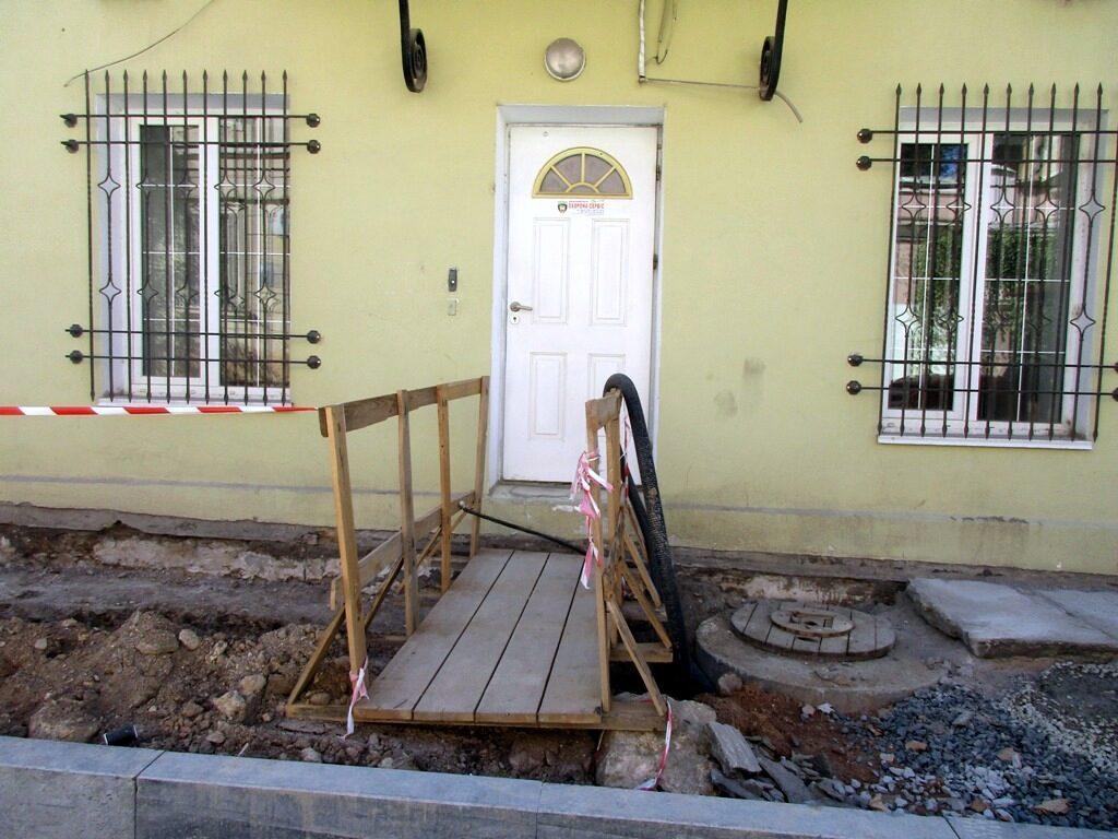 К некоторым домам можно подойти только по мостику