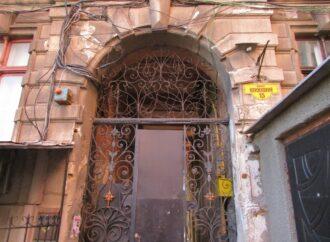 Контрастная жизнь одесских улиц: гуляем по Книжному переулку