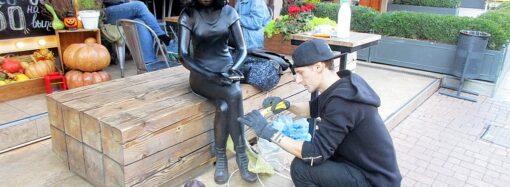 Создатель одесской скульптуры девушки с планшетом то и дело починяет свое творение