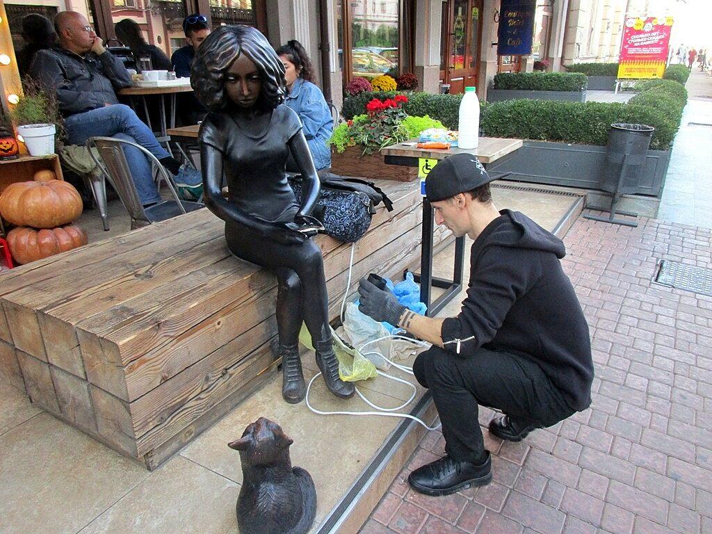 У скульптуры вырвали планшет - уже не впервые