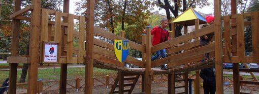 Две девочки пострадали, катаясь на качелях инклюзивной детской площадки на Соборке