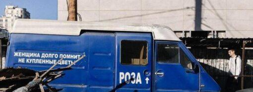 """Горы мусора, брошенные микроавтобусы и бусики: что осталось от одесских цветочников на """"Привозе"""""""