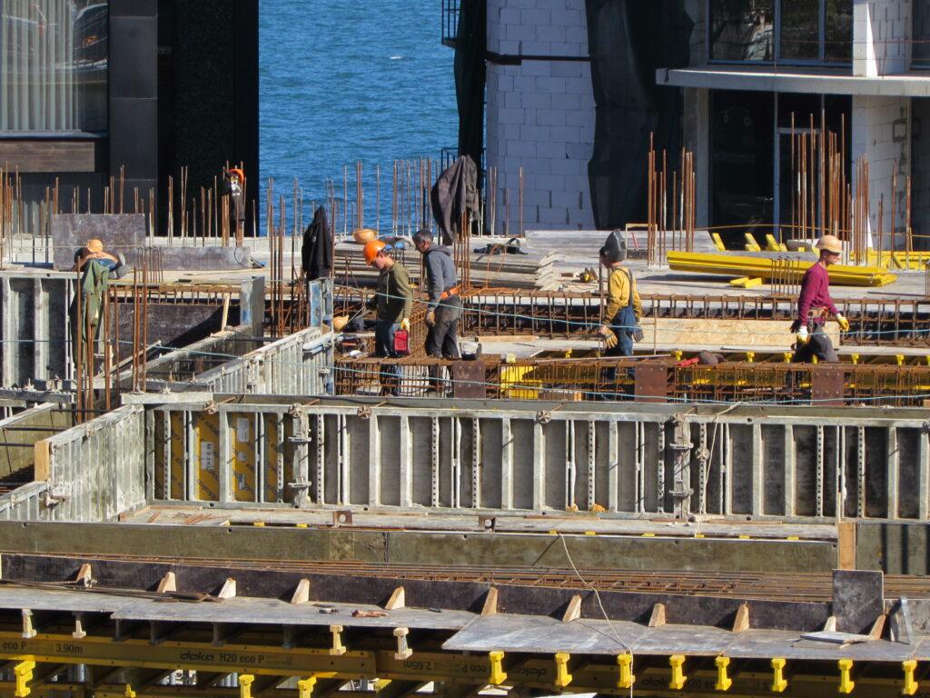 Строители готовят основу под второй этаж