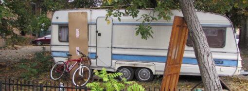В нашем доме поселился удивительный сосед: в одесском дворе мужчина живет в трейлере