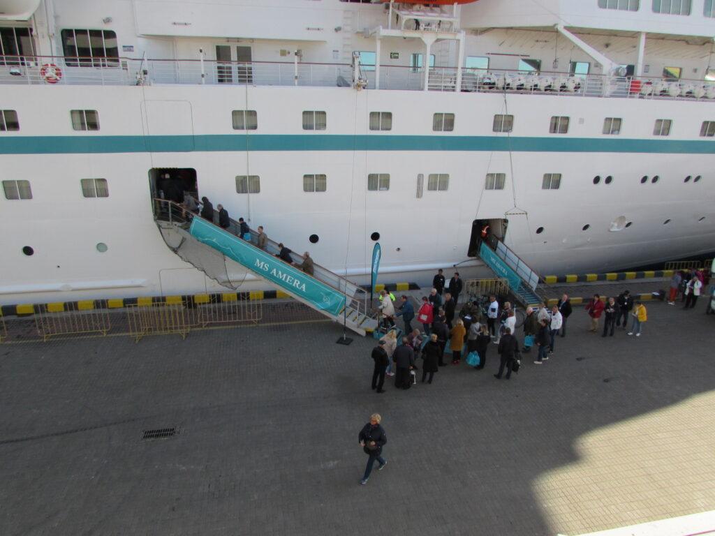 Туристы гуляли по городу с самого утра, а к вечеру вернулись в порт