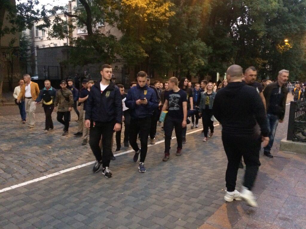 После митинга на Приморском бульваре протестующие отправились к зданию СБУ