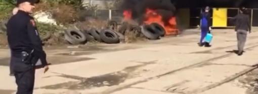 Густой черный дым напугал одесситов: на Пересыпи горели шины