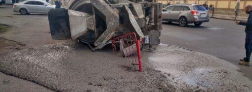 В Одессе перевернулась бетономешалка: повреждена электроопора, а бетон вылился на дорогу