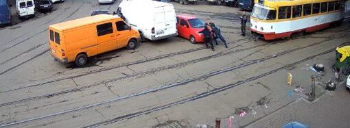 Маленькая красная машина блокировала движение трамваев возле Привоза