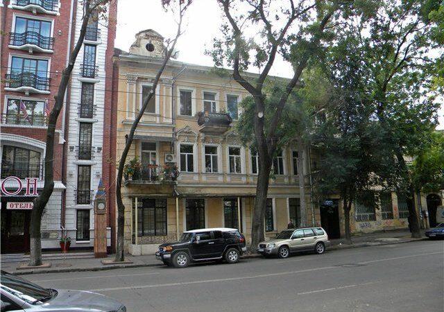В центре Одессы подростка чуть не прибило обвалившимся куском фасада