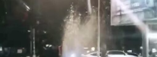 """В Одессе на 7 ст. Фонтана из-под земли пробило """"гейзер"""""""