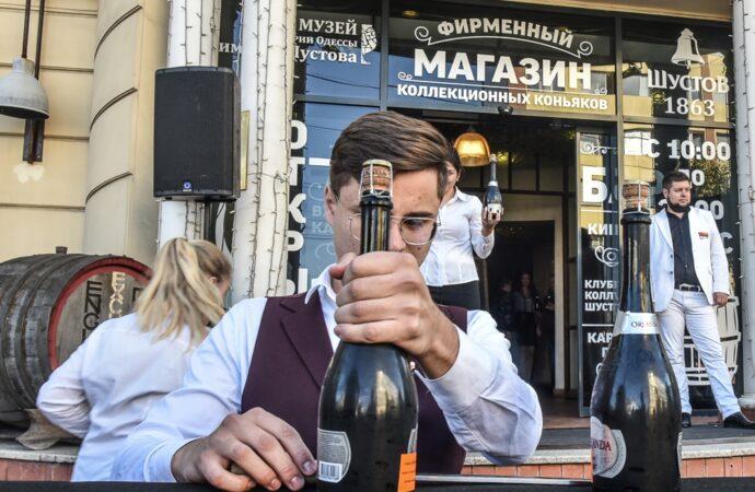 Встановив рекорд України: як в Одесі сомельє з Молдови відкривав шаблею шампанське