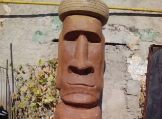 Одесский тупик у Стальканата караулит оромная каменная голова (фото)