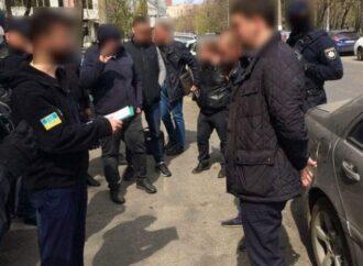 """Прокурор из Одесской области предлагал """"решить все вопросы"""" за 10 тыс долл: его обвиняют в мошенничестве"""